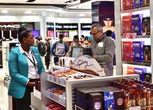 Dubai UAE - April 10 2018 Köparen på kontrollen i tullfritt shoppar på flygplatsen Fotografering för Bildbyråer