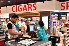 Dubai UAE - April 10 2018 Köparen på kontrollen i tullfritt shoppar på flygplatsen Arkivfoton