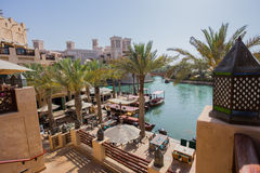 DUBAI UAE - APRIL 11: Sikt av Souken Madinat Jumeirah Madinat Arkivbild