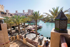 DUBAI UAE - APRIL 11: Sikt av Souken Madinat Jumeirah Madinat Arkivbilder
