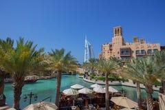 DUBAI UAE - APRIL 11: Sikt av Souken Madinat Jumeirah Madinat Jumeirah omringar hotell och traditionell arabisk arkitektur Royaltyfria Bilder