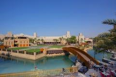 DUBAI UAE - APRIL 11: Sikt av Souken Madinat Jumeirah Madinat Jumeirah omringar hotell, shoppar och traditionella arabiskahus Arkivbild