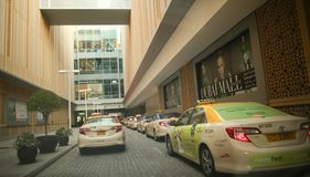 DUBAI, UAE - 20. AUGUST 2014: Dubai-Mallparken Lizenzfreie Stockbilder