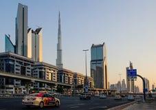 DUBAI UAE - AUGUSTI 16: Sikt av Sheikh Zayed Road skyskrapor i Dubai, UAE på AUGUSTI 16, 2016 Mer än 25 skyskrapor kan vara fo Arkivbilder