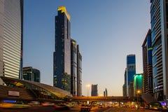 DUBAI UAE - AUGUSTI 16: Sikt av Sheikh Zayed Road skyskrapor i Dubai, UAE på AUGUSTI 16, 2016 Mer än 25 skyskrapor kan vara fo Fotografering för Bildbyråer