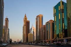 DUBAI UAE - AUGUSTI 16: Sikt av Sheikh Zayed Road skyskrapor i Dubai, UAE på AUGUSTI 16, 2016 Mer än 25 skyskrapor kan vara fo Arkivfoton