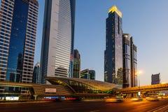 DUBAI UAE - AUGUSTI 16: Sikt av Sheikh Zayed Road skyskrapor i Dubai, UAE på AUGUSTI 16, 2016 Mer än 25 skyskrapor kan vara fo Royaltyfri Bild