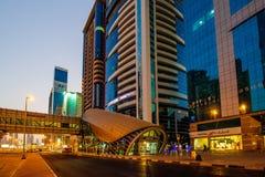 DUBAI UAE - AUGUSTI 16: Sikt av Sheikh Zayed Road skyskrapor i Dubai, UAE på AUGUSTI 16, 2016 Mer än 25 skyskrapor kan vara fo Arkivbild