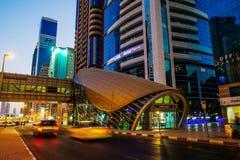 DUBAI UAE - AUGUSTI 16: Sikt av Sheikh Zayed Road skyskrapor i Dubai, UAE på AUGUSTI 16, 2016 Mer än 25 skyskrapor kan vara fo Royaltyfria Foton