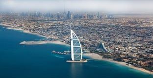 Dubai UAE. Burj Al Arab från över Arkivbilder