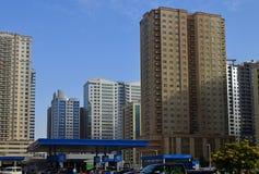 Dubai, UAE - 10 de abril 2018 área residencial típica com arranha-céus e uma mesquita foto de stock royalty free