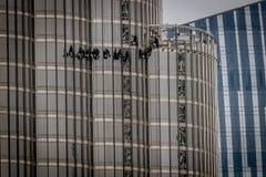 Dubai, UAE - 28 de abril de 2019: Ventanas de limpieza en Burj Khalifa fotos de archivo libres de regalías