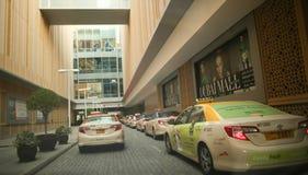 DUBAI, UAE - 20 DE AGOSTO DE 2014: Estacionamiento de la alameda de Dubai Imágenes de archivo libres de regalías