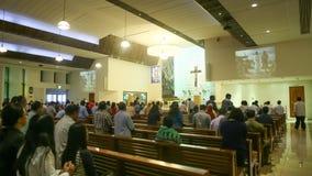 DUBAI, UAE - 20 DE AGOSTO DE 2014: Iglesia católica durante el servicio con la gente Cristianismo en países musulmanes Imagenes de archivo