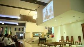 DUBAI, UAE - 20 DE AGOSTO DE 2014: Iglesia católica durante el servicio con la gente Cristianismo en países musulmanes Fotos de archivo
