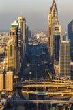 DUBAI, UAE - 17 DE DEZEMBRO DE 2015: Torres do centro de Dubai na noite Fotografia de Stock Royalty Free