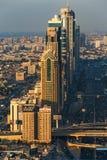 DUBAI, UAE - 17 DE DEZEMBRO DE 2015: Torres do centro de Dubai na noite Fotos de Stock Royalty Free