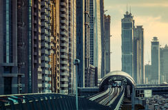 DUBAI, UAE - 16 DE DICIEMBRE DE 2015: Arquitectura moderna de Dubai en la puesta del sol con una estación de metro Foto de archivo