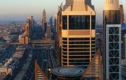 DUBAI, UAE - 17 DE DICIEMBRE DE 2015: Arquitectura moderna famosa de Dubai en la puesta del sol Foto de archivo