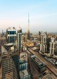 DUBAI, UAE - 17 DE DICIEMBRE DE 2015: Arquitectura moderna famosa de Dubai en la puesta del sol con Burj Khalifa Imagen de archivo