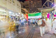 DUBAI, UAE - 9 DE DICIEMBRE DE 2016: Calle vieja de Dubai en la noche con lo Imágenes de archivo libres de regalías