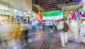 DUBAI, UAE - 9 DE DICIEMBRE DE 2016: Calle vieja de Dubai en la noche con lo Fotos de archivo libres de regalías