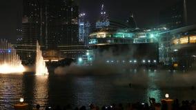 DUBAI, UAE - 7 DE DICIEMBRE DE 2016: La fuente del baile de Dubai cerca de Burj Khalifa y de Dubai de la alameda del centro de la metrajes