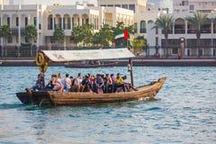 DUBAI, UAE 18 DE ENERO: Abra tradicional balsea el 18 de enero, 2 Imagenes de archivo