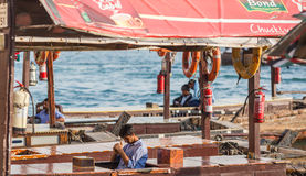 DUBAI, UAE 18 DE ENERO: Abra tradicional balsea el 18 de enero, 2 Imagen de archivo libre de regalías