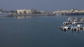 Dubai, UAE - 18 de enero de 2018: barcos y naves del panorama que se colocan en estacionamiento en puerto marítimo en el fondo in metrajes