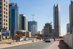 DUBAI, UAE 15 DE ENERO: Ciudad calles 15 de enero de 2014 en Dubai, U Imágenes de archivo libres de regalías