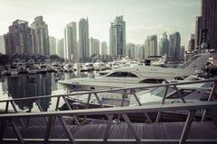 DUBAI, UAE - 18 DE ENERO DE 2017: Puerto deportivo de Dubai en la salida del sol, unida Imagenes de archivo