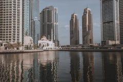 DUBAI, UAE - 18 DE ENERO DE 2017: Puerto deportivo de Dubai en la salida del sol, unida Foto de archivo