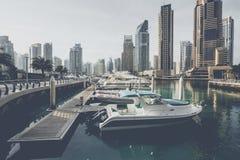 DUBAI, UAE - 18 DE ENERO DE 2017: Puerto deportivo de Dubai en la salida del sol, unida Fotos de archivo libres de regalías