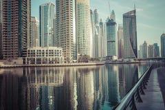 DUBAI, UAE - 18 DE ENERO DE 2017: Puerto deportivo de Dubai en la salida del sol, unida Imagen de archivo