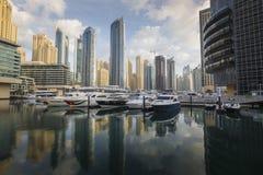 DUBAI, UAE - 18 DE ENERO DE 2017: Yates amarrados en el puerto deportivo de Dubai, U Fotos de archivo libres de regalías