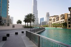 Dubai, UAE - 15 de enero de 2016: El horizonte sobre el nuevo canal y centro de la ciudad y la 'promenade' Imagen de archivo libre de regalías