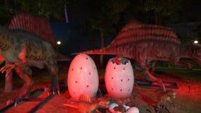 Dubai, UAE - 13 de enero de 2018: figura dinosaurios y huevos depredadores con el cachorro metrajes