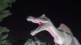Dubai, UAE - 13 de enero de 2018: figura espantosa dinosaurio depredador de Spinosaurus almacen de metraje de vídeo
