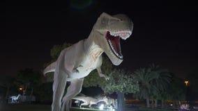 Dubai, UAE - 13 de enero de 2018: figura móvil dinosaurio depredador del Carnotaurus metrajes