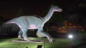 Dubai, UAE - 13 de enero de 2018: figura realista dinosaurio depredador de Deinonychus metrajes