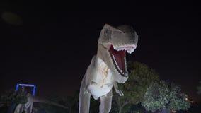 Dubai, UAE - 13 de enero de 2018: gente que camina adentro en parque del dinosaurio del tema en la noche almacen de metraje de vídeo