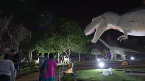 Dubai, UAE - 13 de enero de 2018: gente que camina adentro en parque del dinosaurio del tema en la noche almacen de video