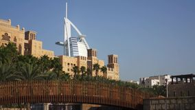 Dubai, Uae - 21 de enero de 2018: Madinat Jumeirah con el árabe del al de Burj en el fondo metrajes