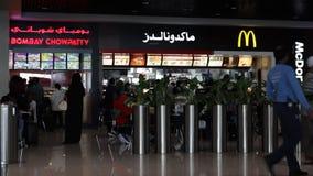 DUBAI, UAE - 3 DE FEBRERO DE 2015: Mac Donalds Aeropuerto internacional de Dubai almacen de metraje de vídeo