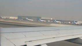 DUBAI, UAE - 8 DE FEVEREIRO DE 2018: O plano no aeroporto está preparando-se para a decolagem que passa uma multidão de outro dif video estoque
