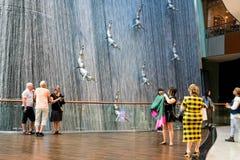 DUBAI, UAE - 22 DE JANEIRO: Cachoeira na alameda de Dubai - foto de stock royalty free