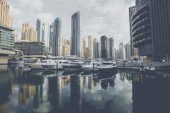 DUBAI, UAE - 18 DE JANEIRO DE 2017: Porto de Dubai no nascer do sol, unido Imagens de Stock