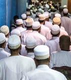 Dubai, UAE - 16 de julio de 2016: Hombres musulmanes que salen de la mezquita imagen de archivo libre de regalías