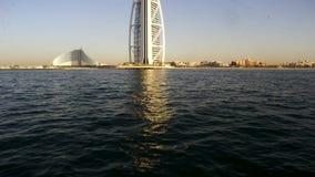 Dubai, Uae 2 de junio: Vista de la playa de lujo árabe del al de Dubai y de Burj Árabe del Al de Burj visto del Madinat Jumeirah almacen de metraje de vídeo